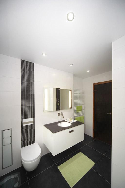 Modernes Badezimmer mit Spanndecke und Beleuchtung