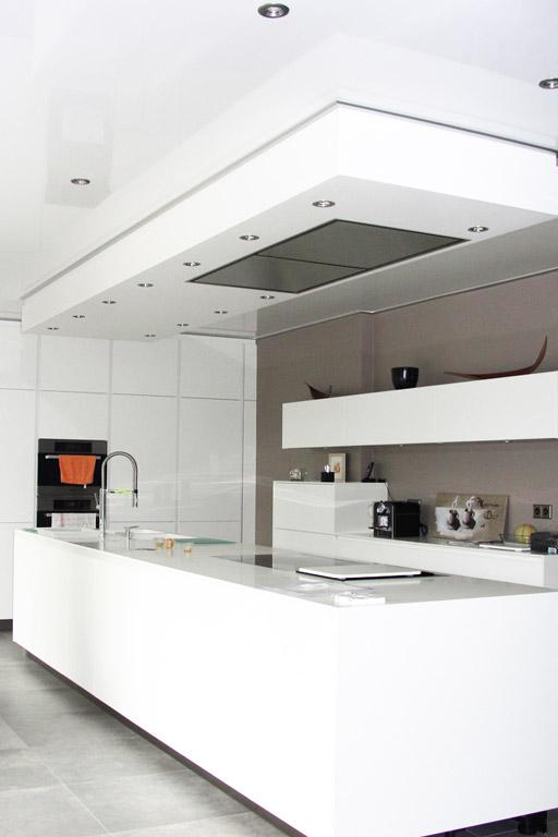 Küche mit weißer Lackspanndecke