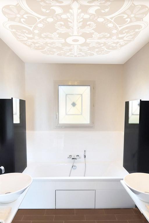 Lichtspanndecke im Badezimmer mit Ornamenten