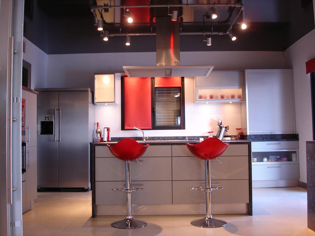 Moderne Küche mit Hochglanz Spanndecke schwarz