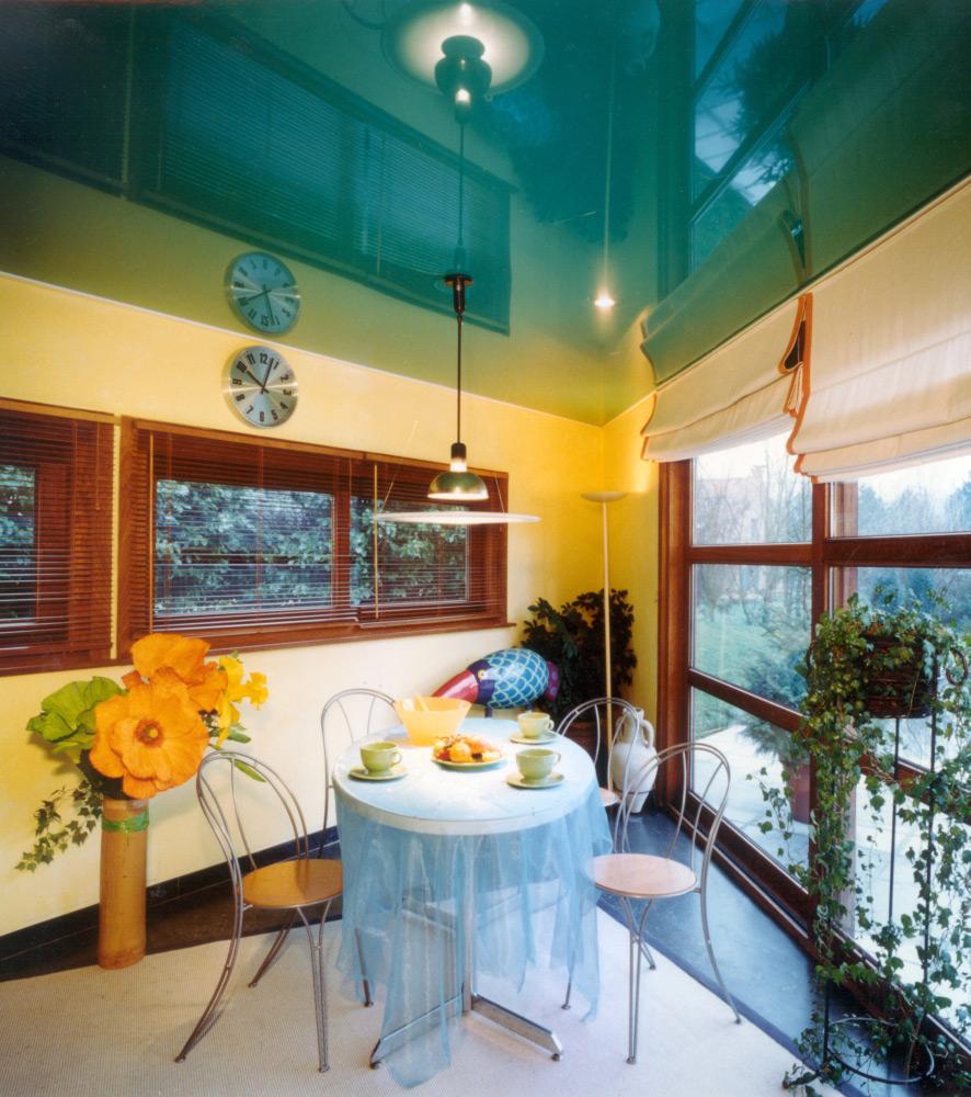 Wohnraum mit Hochglanz Spanndecke blau-grün