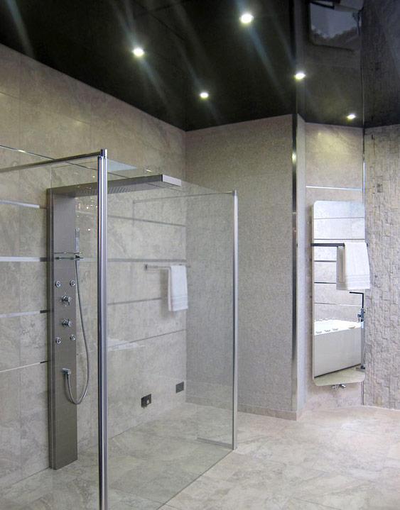Gefliestet Badezimmer mit schwarzer Hochglanz Spanndecke