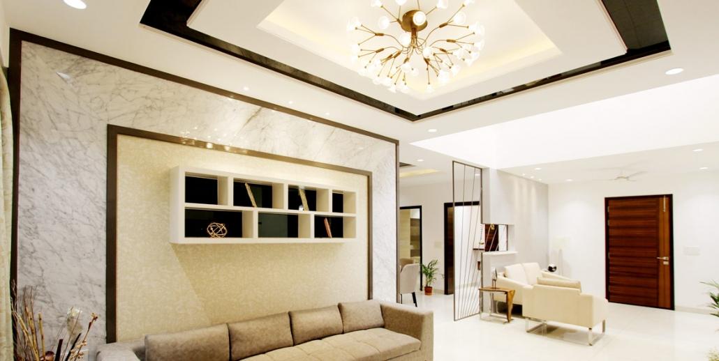 Elegantes Wohnzimmer mit Spanndecke und Beleuchtung