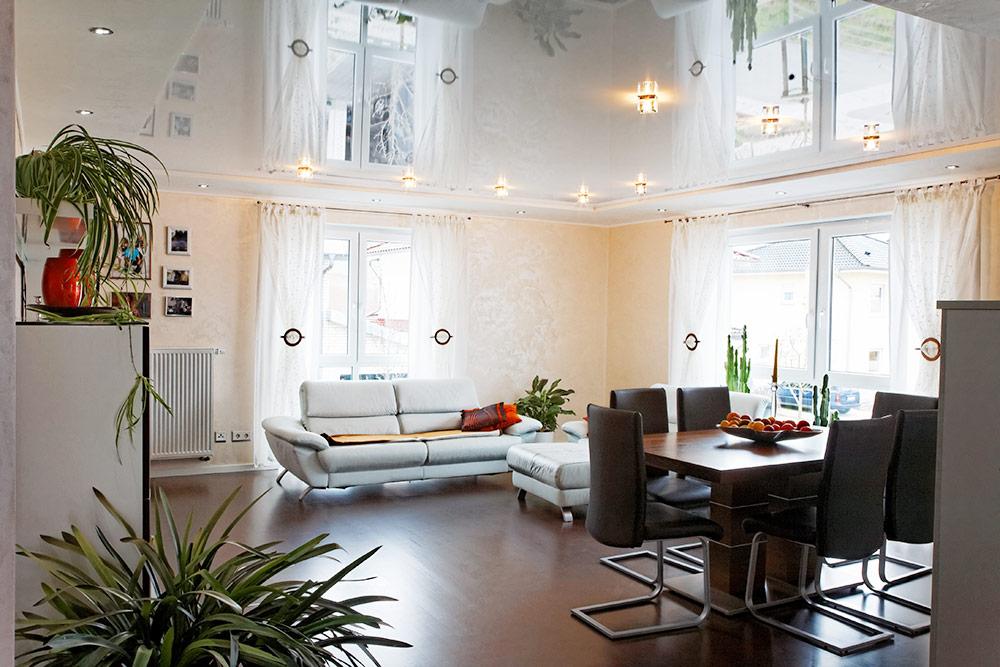 Wohnraum mit hochglanz Spanndecke weiss