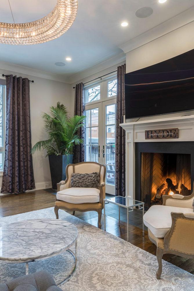 Wohnraum mit Kamin und beleuchteter Spanndecke
