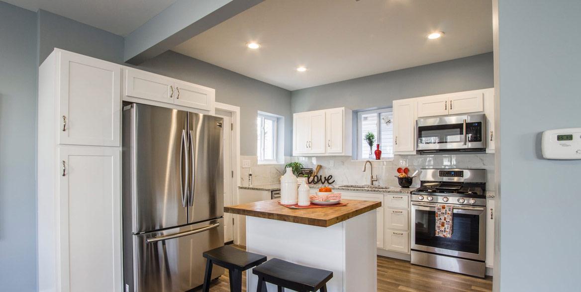 Küche mit Spanndecke und Beleuchtung