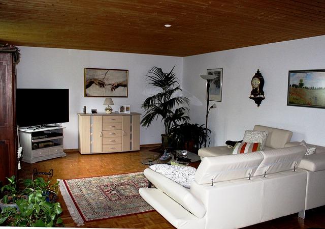 Wohnzimmer mit dunkler Holzdecke