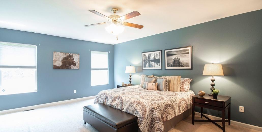 Schlafzimmer mit Spanndecke weiß und Schattenfuge
