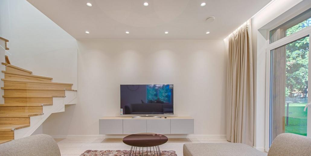 Moderner Wohnraum mit Spanndecke