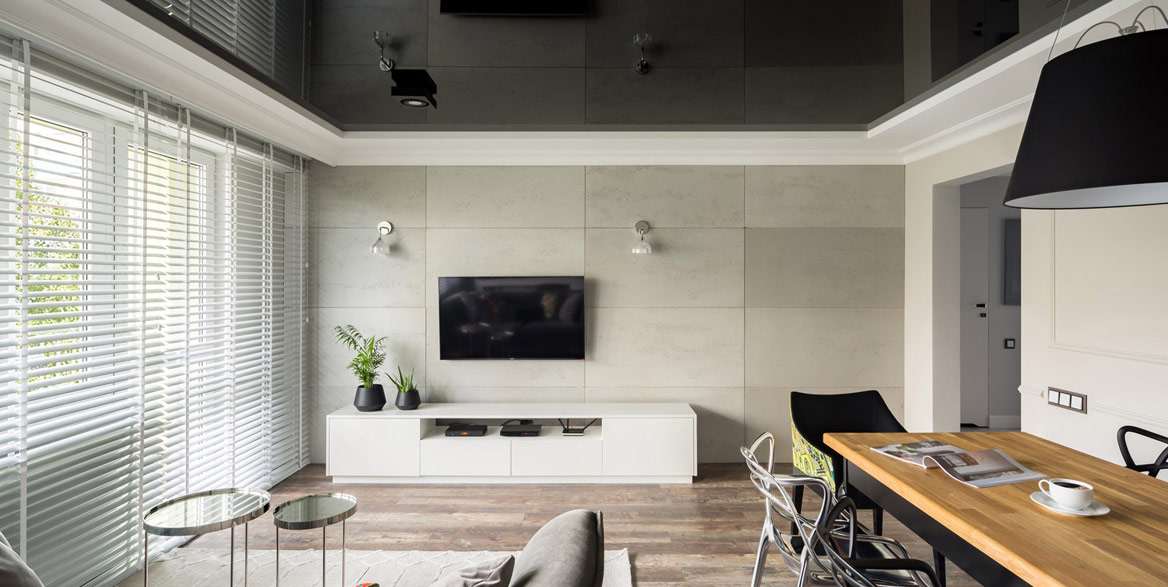 Wohnraum mit schwarzer Lackspanndecke