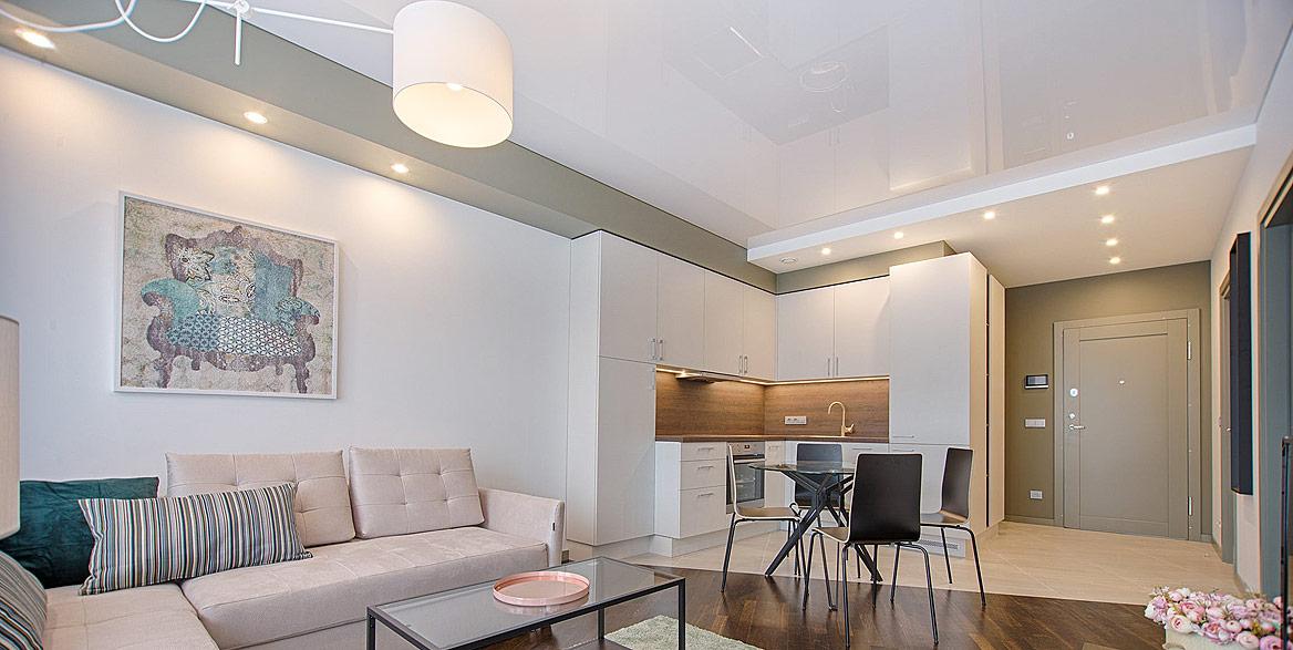 Wohnraum mit Lackspanndecke hochglanz weiss