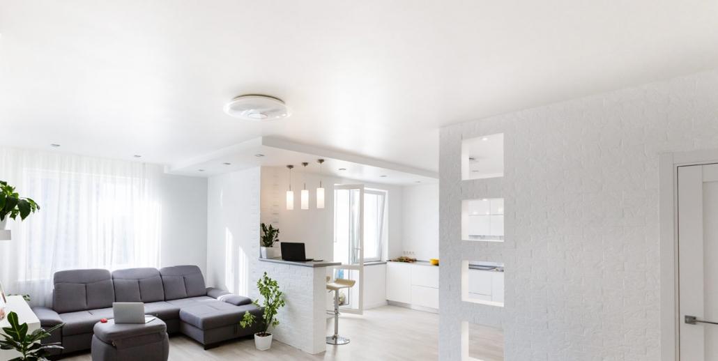 Wohnraum mit Spanndecke weiss und grossser Beleuchtung
