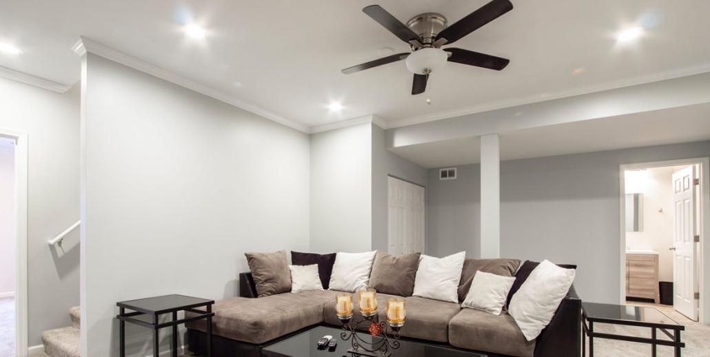 Wohnraum mit Spanndecke und Beleuchtung mit Deckenventilator