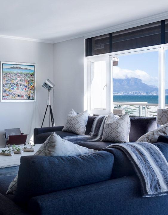 Wohnraum mit weißer Spanndecke matt