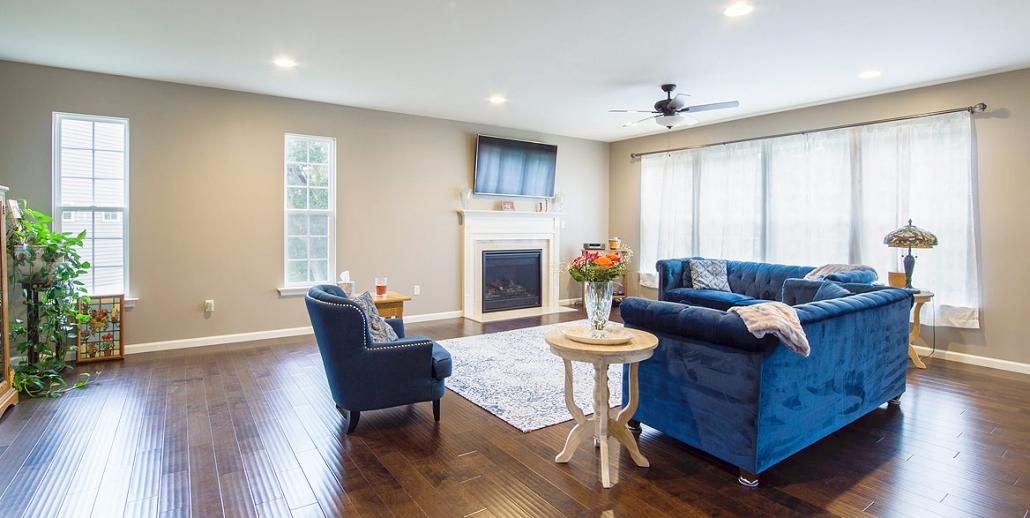 Wohnraum mit weisser Spanndecke und Beleuchtung